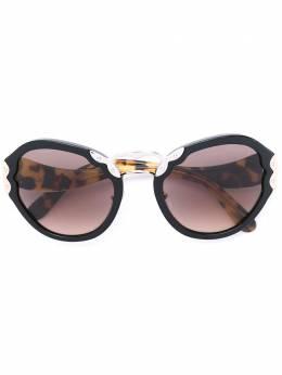 Prada Eyewear солнцезащитные очки с массивной оправой SPR09T
