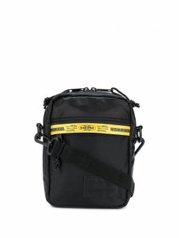 Eastpak сумка на плечо с надписью EK83E